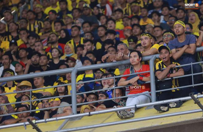 Lầy như CĐV Việt: Đề nghị xếp chỗ cho CĐV Malaysia ngồi theo hình ngôi sao 5 cánh giữa rừng cờ đỏ ở Mỹ Đình-1