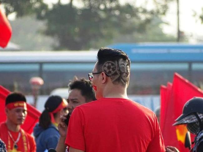Lầy như CĐV Việt: Đề nghị xếp chỗ cho CĐV Malaysia ngồi theo hình ngôi sao 5 cánh giữa rừng cờ đỏ ở Mỹ Đình-4