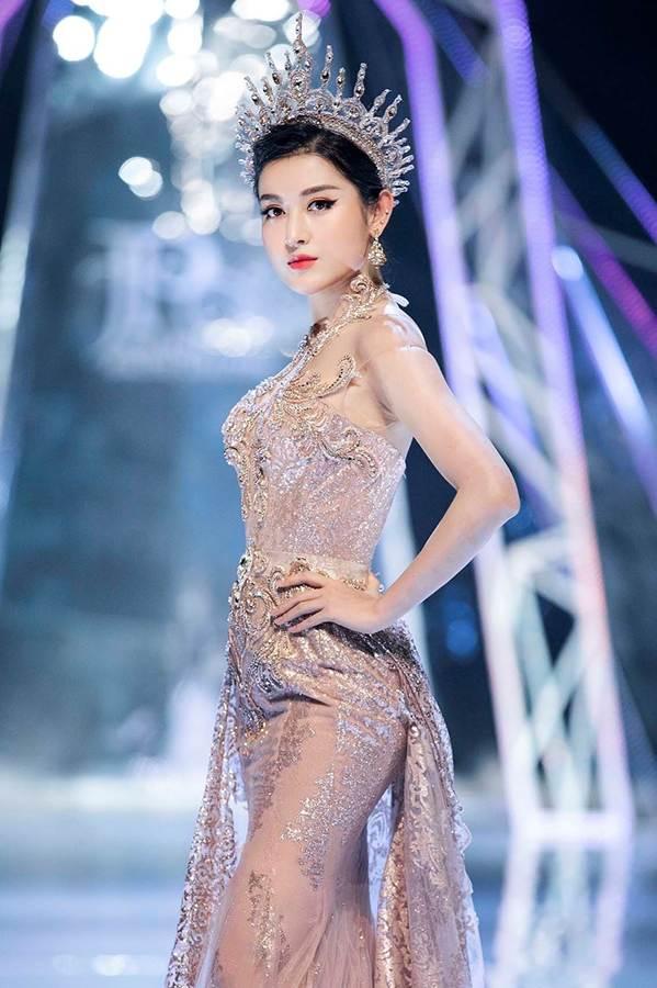 Tiểu Vy, Huyền My, Đỗ Mỹ Linh bất phân thắng bại trên sàn catwalk-7