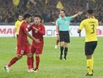 Quang Hải, Đức Chinh bật khóc trong cuộc gặp gỡ xúc động với cậu bé 4 tuổi bị ung thư não trước trận chung kết AFF Cup 2018-6