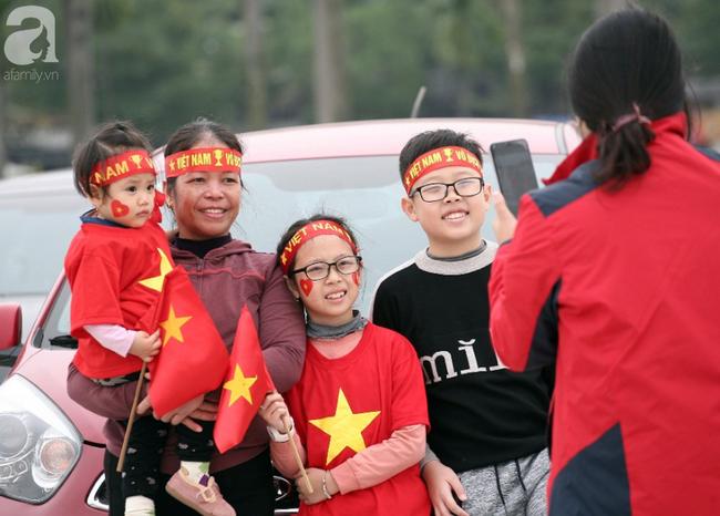 Hàng nghìn CĐV đã đến SVĐ Mỹ Đình sớm sẵn sàng tiếp lửa cho đội tuyển Việt Nam-4