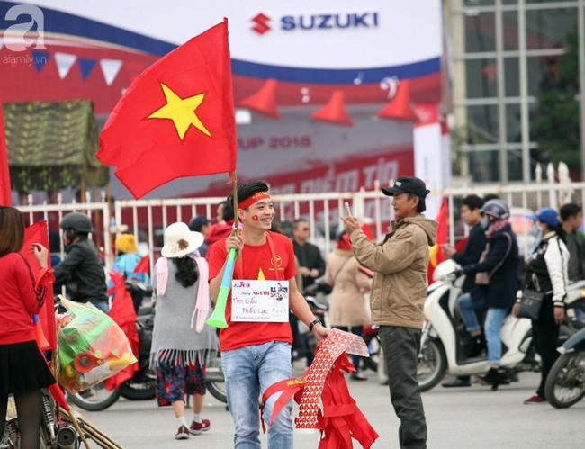 Hàng nghìn CĐV đã đến SVĐ Mỹ Đình sớm sẵn sàng tiếp lửa cho đội tuyển Việt Nam-5