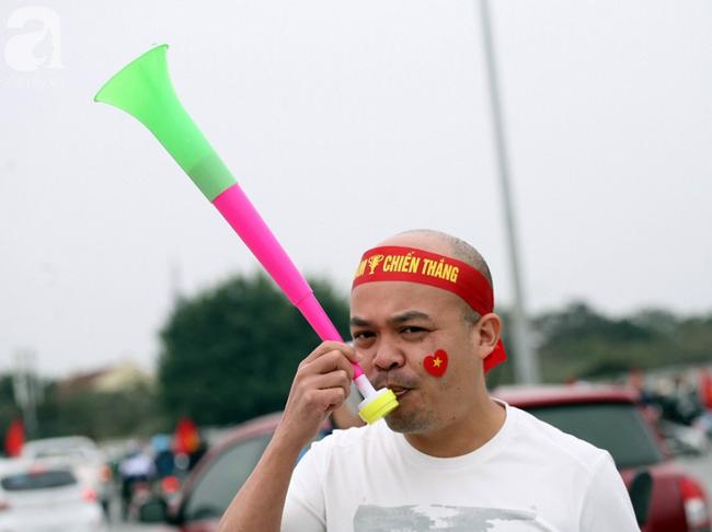 Hàng nghìn CĐV đã đến SVĐ Mỹ Đình sớm sẵn sàng tiếp lửa cho đội tuyển Việt Nam-6