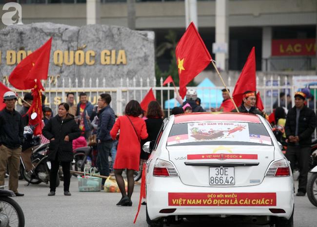 Hàng nghìn CĐV đã đến SVĐ Mỹ Đình sớm sẵn sàng tiếp lửa cho đội tuyển Việt Nam-9