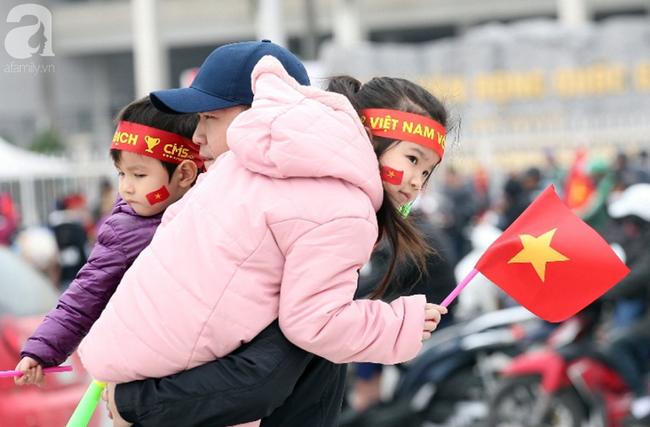 Hàng nghìn CĐV đã đến SVĐ Mỹ Đình sớm sẵn sàng tiếp lửa cho đội tuyển Việt Nam-15