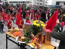 Cư dân HH Linh Đàm mua xôi gấc, gà luộc thắp hương cầu may cho đội tuyển Việt Nam đoạt cup vô địch