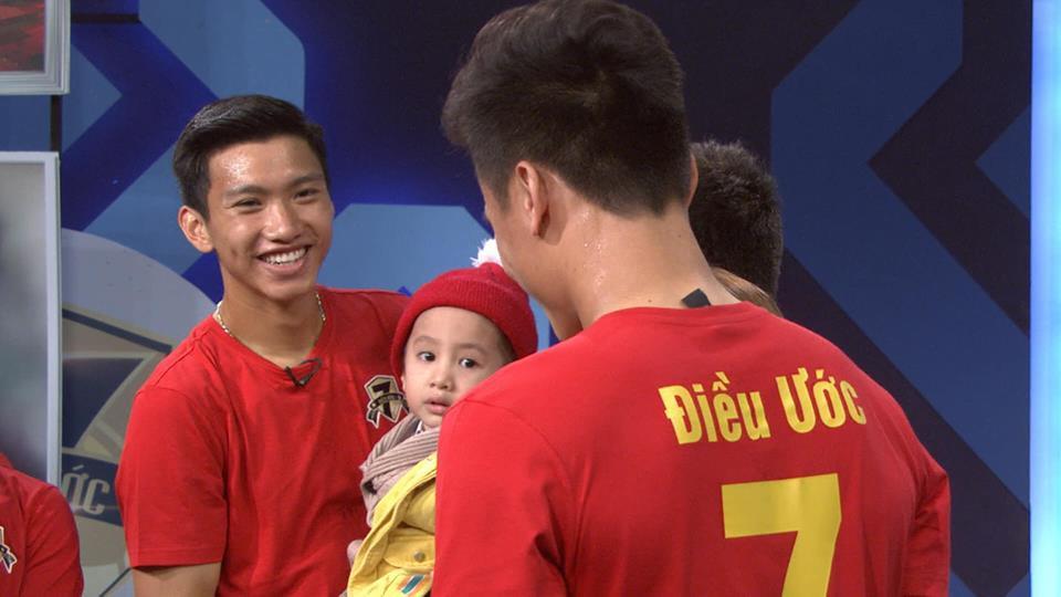 Quang Hải, Đức Chinh bật khóc trong cuộc gặp gỡ xúc động với cậu bé 4 tuổi bị ung thư não trước trận chung kết AFF Cup 2018-3