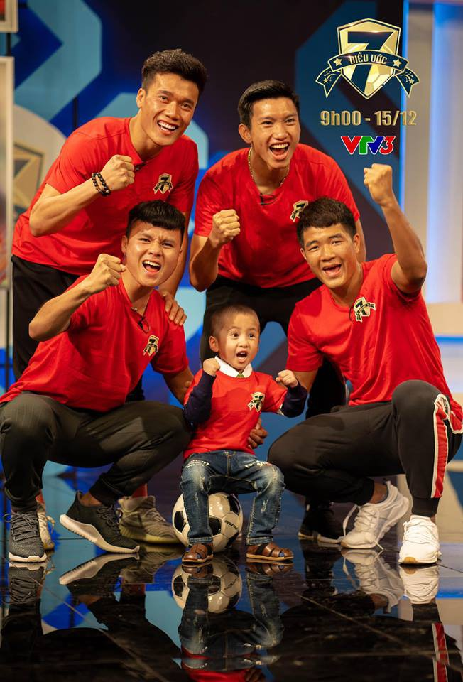 Quang Hải, Đức Chinh bật khóc trong cuộc gặp gỡ xúc động với cậu bé 4 tuổi bị ung thư não trước trận chung kết AFF Cup 2018-5