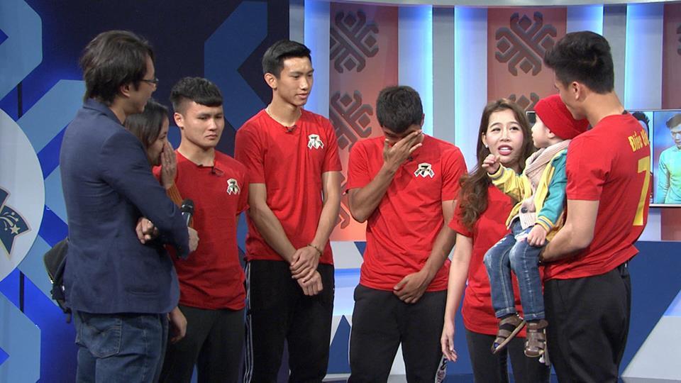 Quang Hải, Đức Chinh bật khóc trong cuộc gặp gỡ xúc động với cậu bé 4 tuổi bị ung thư não trước trận chung kết AFF Cup 2018-2