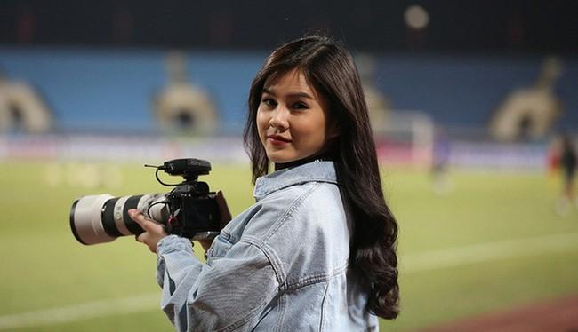 Bóng hồng xinh đẹp xuất hiện tại buổi tập của Việt Nam và Malaysia, phóng viên nước bạn thi nhau xin chụp hình-1
