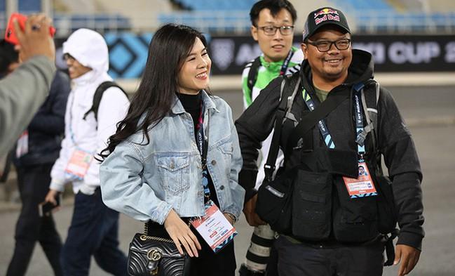 Bóng hồng xinh đẹp xuất hiện tại buổi tập của Việt Nam và Malaysia, phóng viên nước bạn thi nhau xin chụp hình-3