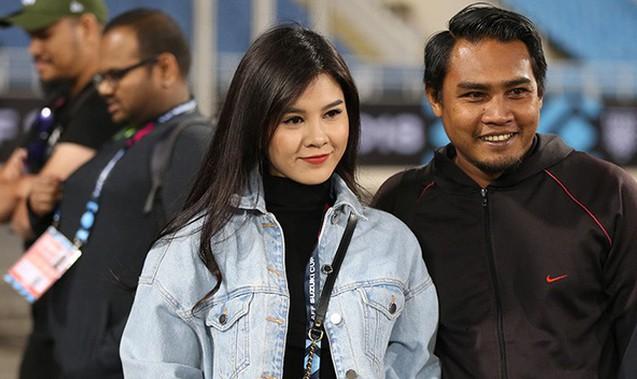 Bóng hồng xinh đẹp xuất hiện tại buổi tập của Việt Nam và Malaysia, phóng viên nước bạn thi nhau xin chụp hình-4