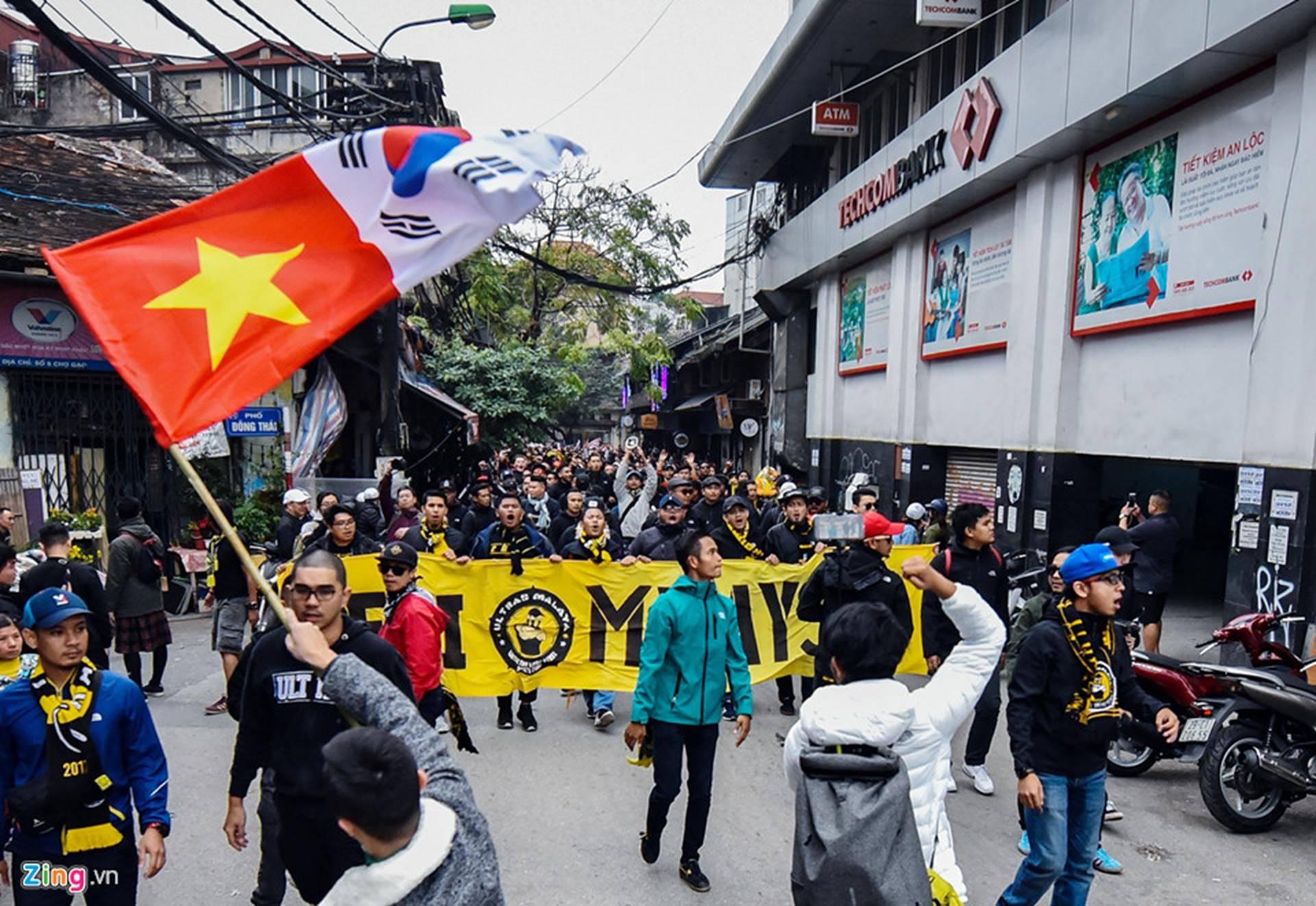 CĐV Malaysia náo loạn phố cổ Hà Nội trước trận chung kết-1