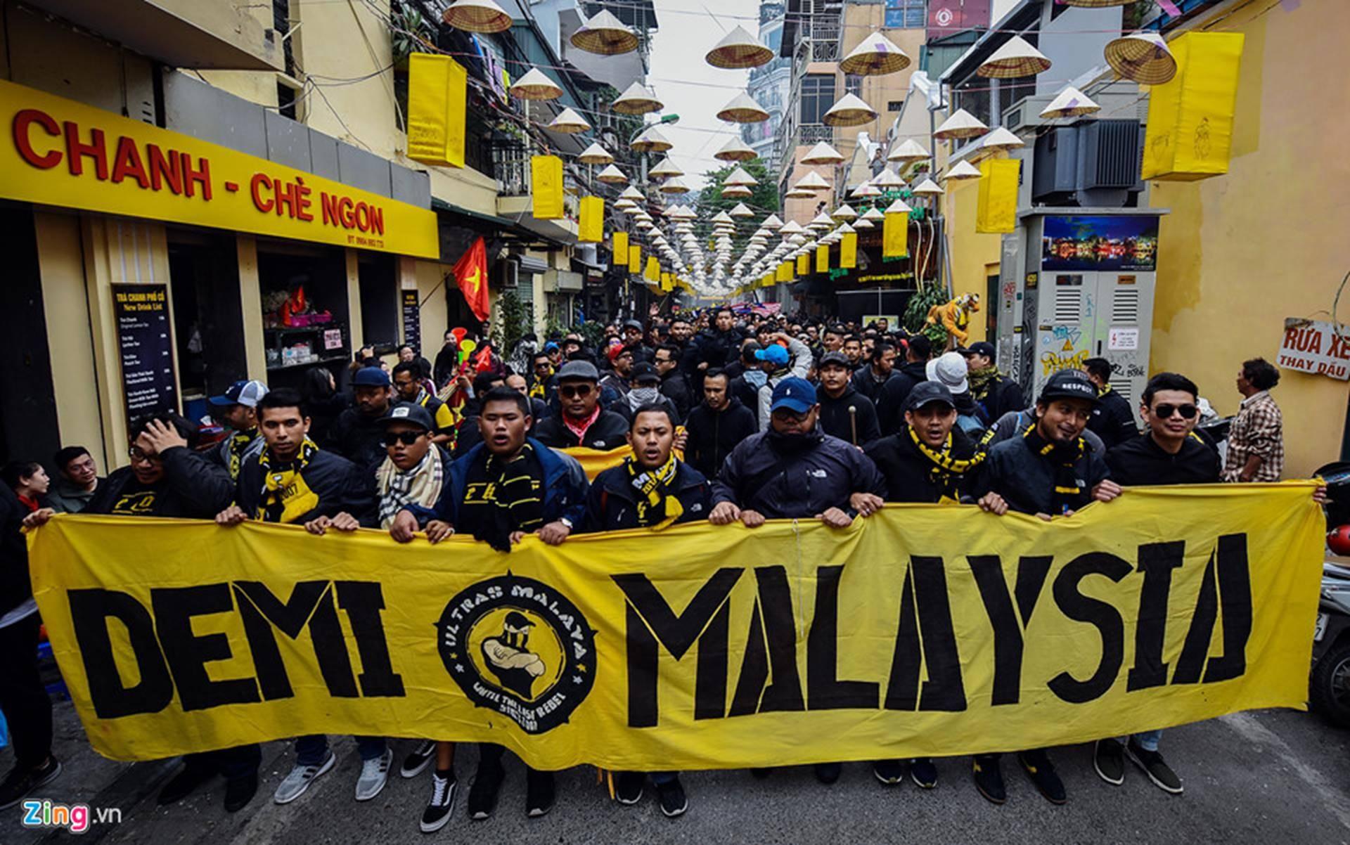 CĐV Malaysia náo loạn phố cổ Hà Nội trước trận chung kết-2
