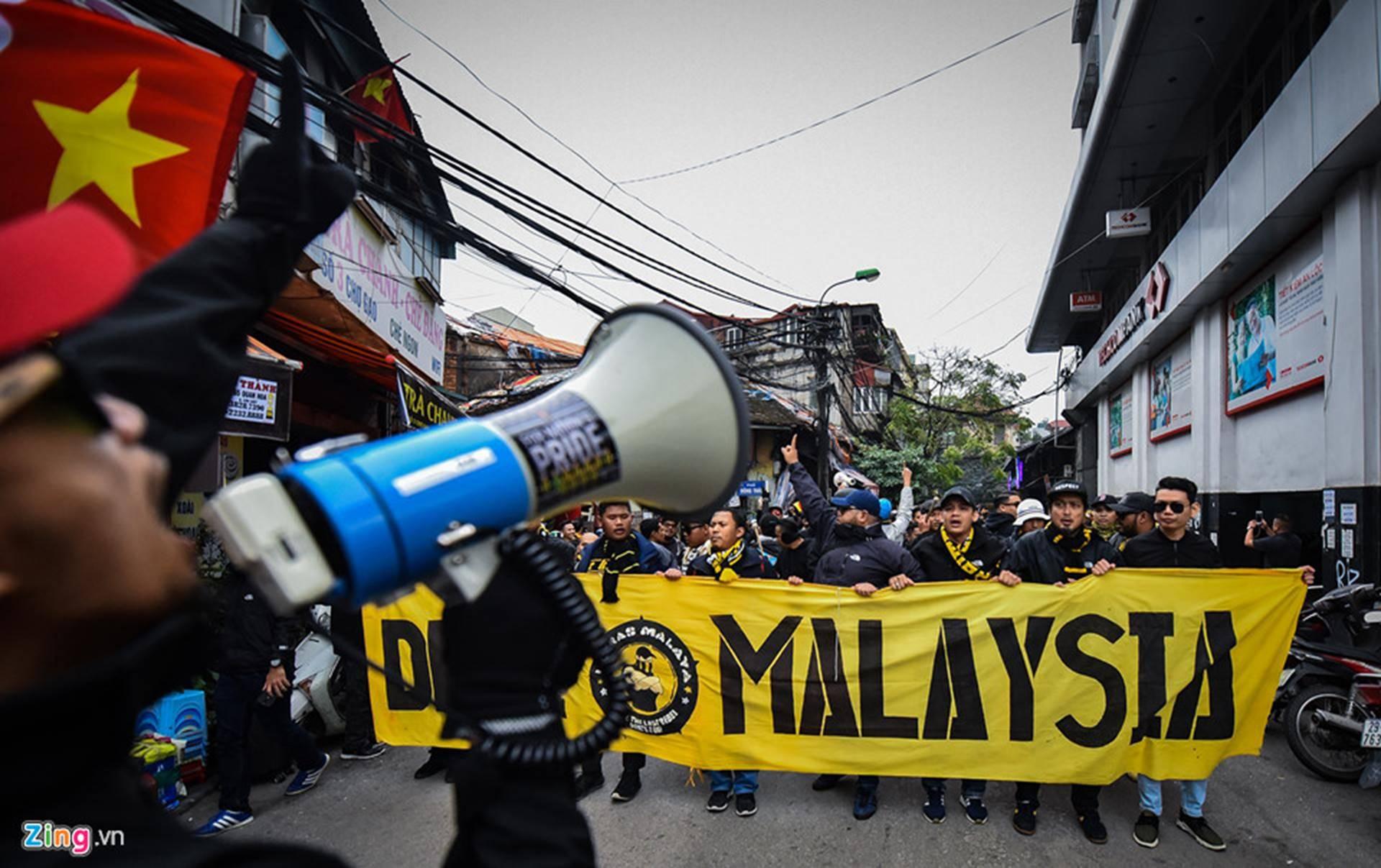 CĐV Malaysia náo loạn phố cổ Hà Nội trước trận chung kết-3