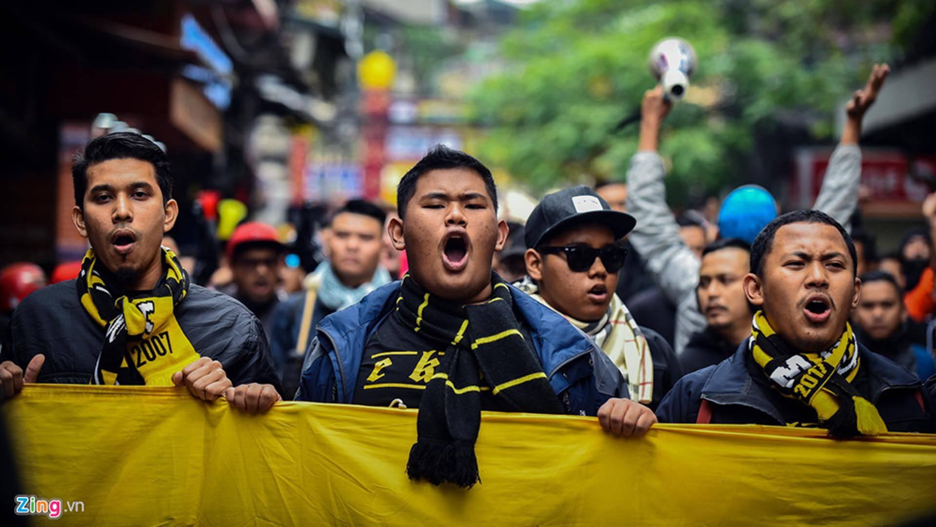 CĐV Malaysia náo loạn phố cổ Hà Nội trước trận chung kết-4