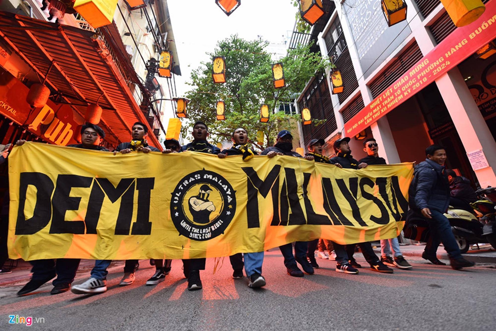 CĐV Malaysia náo loạn phố cổ Hà Nội trước trận chung kết-5