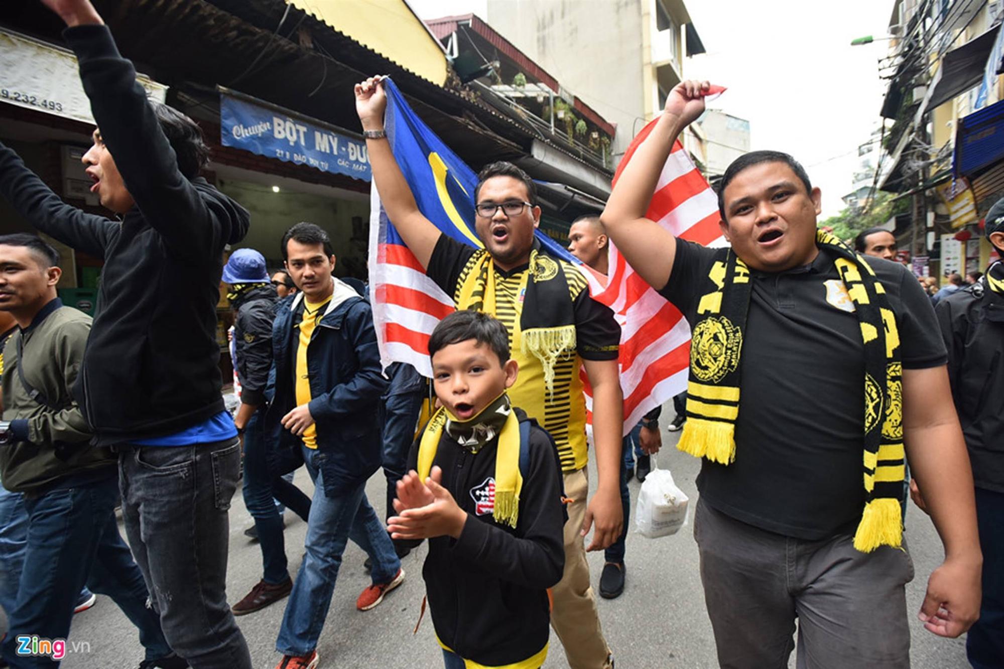 CĐV Malaysia náo loạn phố cổ Hà Nội trước trận chung kết-6