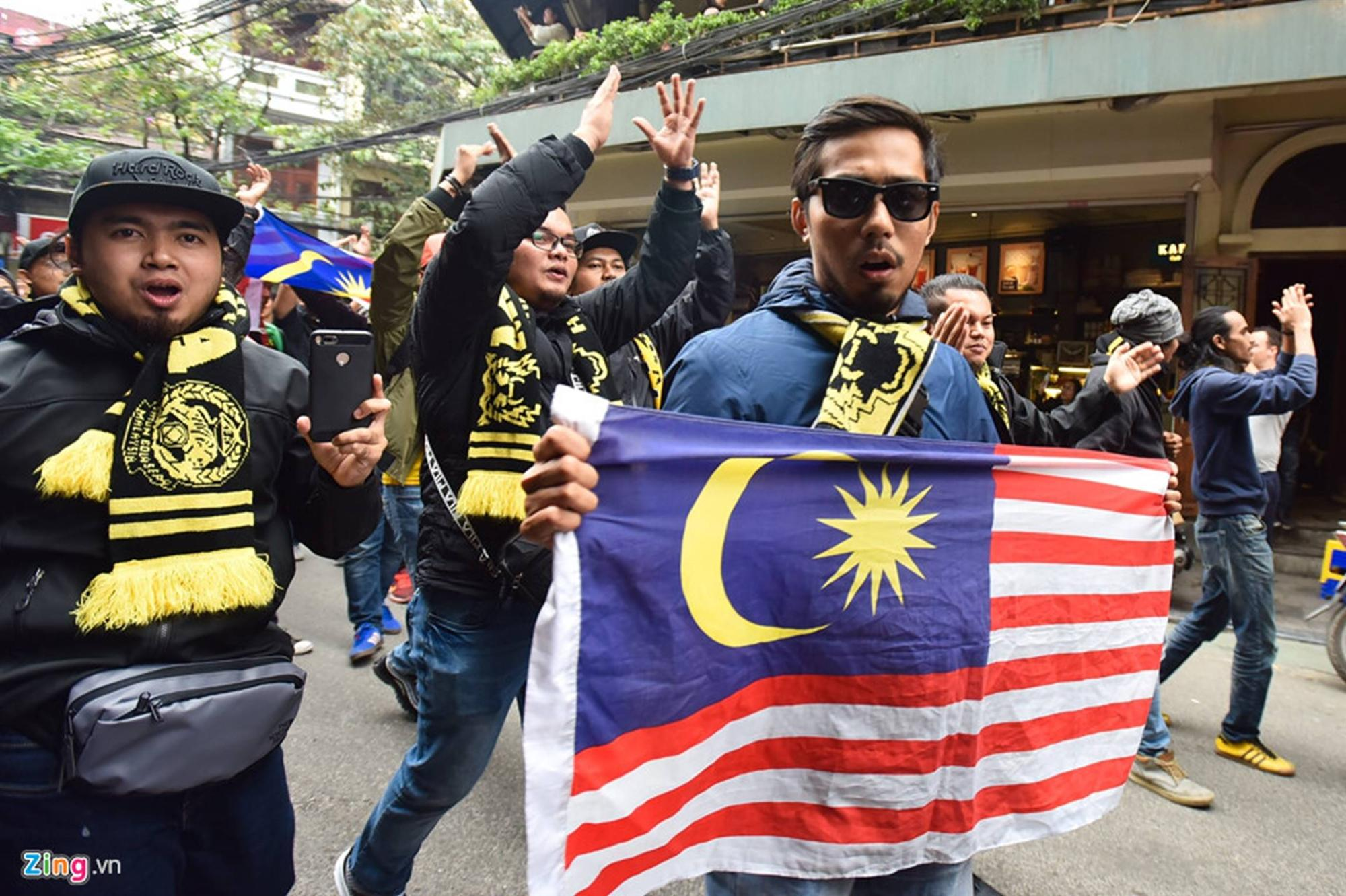 CĐV Malaysia náo loạn phố cổ Hà Nội trước trận chung kết-7