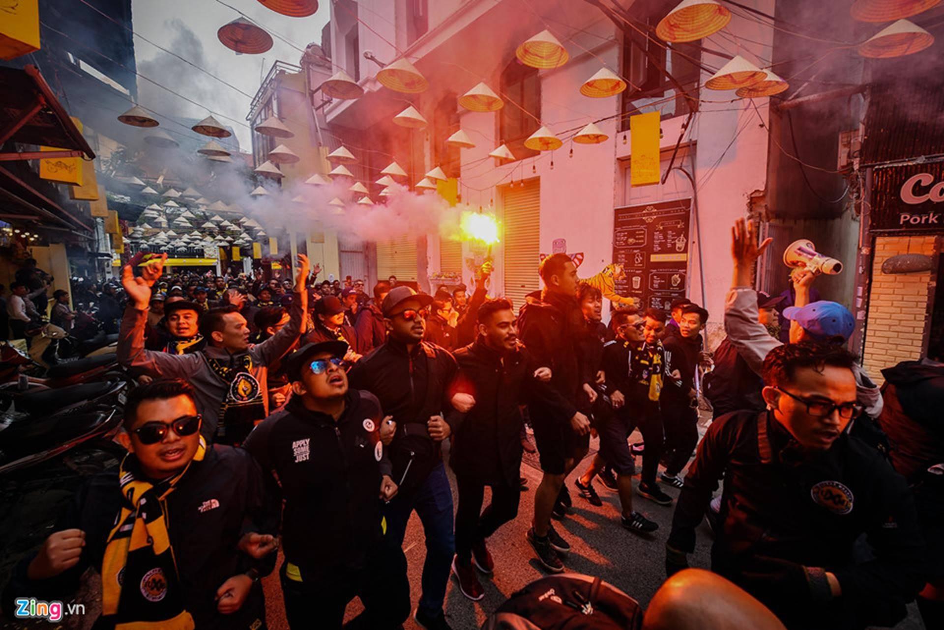 CĐV Malaysia náo loạn phố cổ Hà Nội trước trận chung kết-9