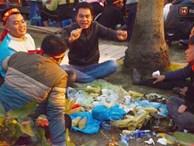 CĐV trải chiếu, nướng mực uống bia trên bãi cỏ trước giờ bóng lăn trận chung kết Việt Nam vs Malaysia trên SVĐ Mỹ Đình