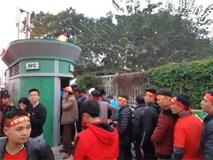 Nhà vệ sinh ở SVĐ Mỹ Đình ùn tắc nghiêm trọng, dân xếp hàng dài cả trăm mét