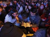 CĐV cứng nhất năm: Hàng triệu người hâm mộ hò hét Việt Nam dẫn trước vẫn lấy sách ra học chỉ vì lý do này