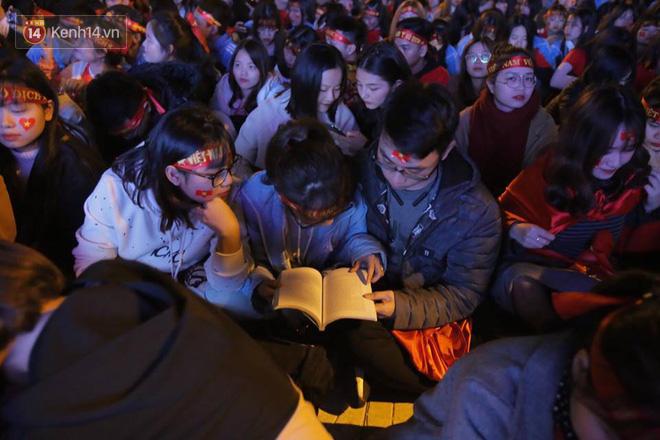 CĐV cứng nhất năm: Hàng triệu người hâm mộ hò hét Việt Nam dẫn trước vẫn lấy sách ra học chỉ vì lý do này-1