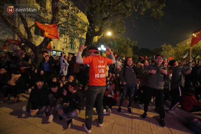 CĐV cứng nhất năm: Hàng triệu người hâm mộ hò hét Việt Nam dẫn trước vẫn lấy sách ra học chỉ vì lý do này-4