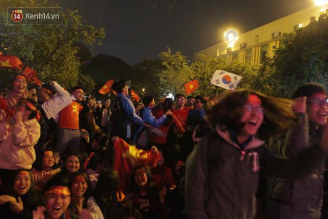 CĐV cứng nhất năm: Hàng triệu người hâm mộ hò hét Việt Nam dẫn trước vẫn lấy sách ra học chỉ vì lý do này-2