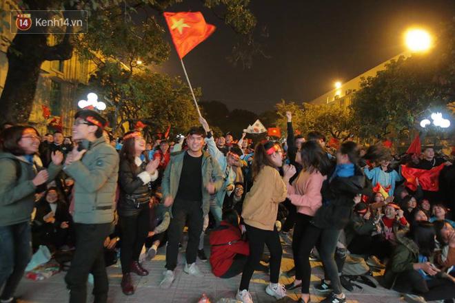 CĐV cứng nhất năm: Hàng triệu người hâm mộ hò hét Việt Nam dẫn trước vẫn lấy sách ra học chỉ vì lý do này-3