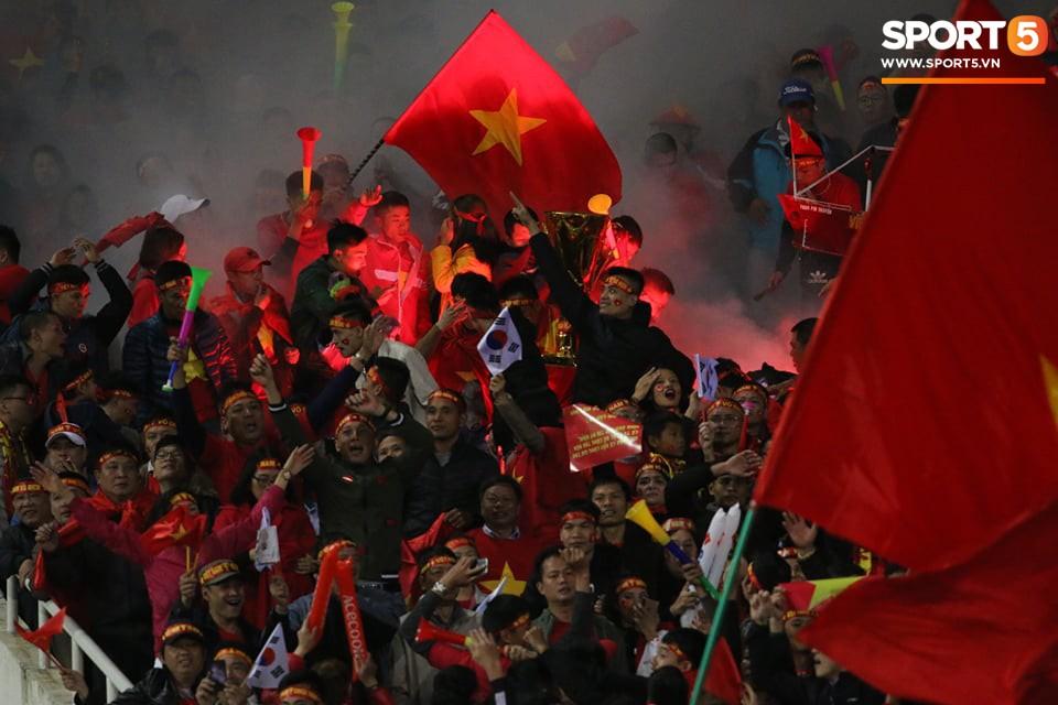 Pháo sáng lại cháy trên khán đài Mỹ Đình, LĐBĐ Việt Nam đối diện nguy cơ bị phạt-3