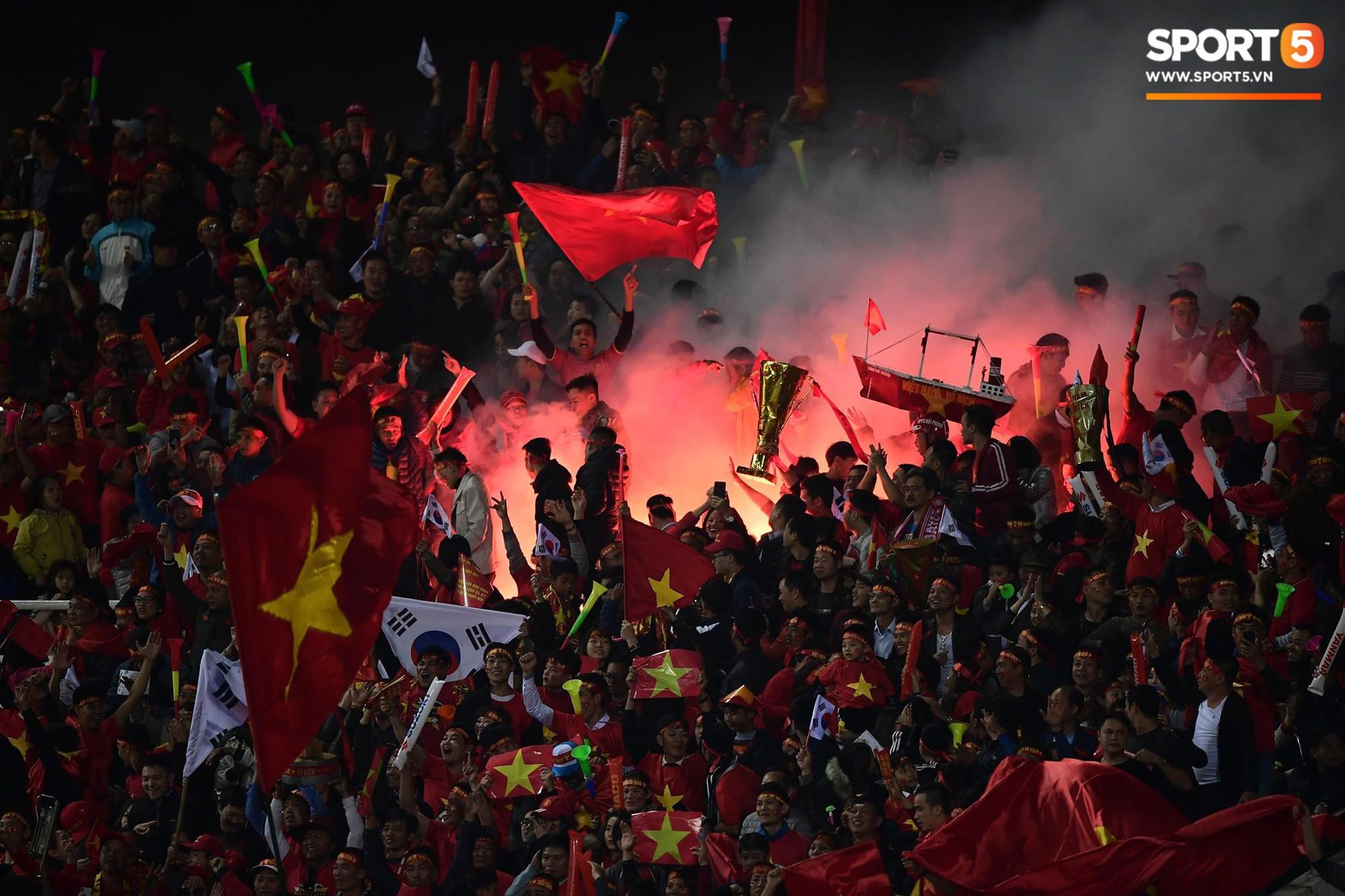 Pháo sáng lại cháy trên khán đài Mỹ Đình, LĐBĐ Việt Nam đối diện nguy cơ bị phạt-5
