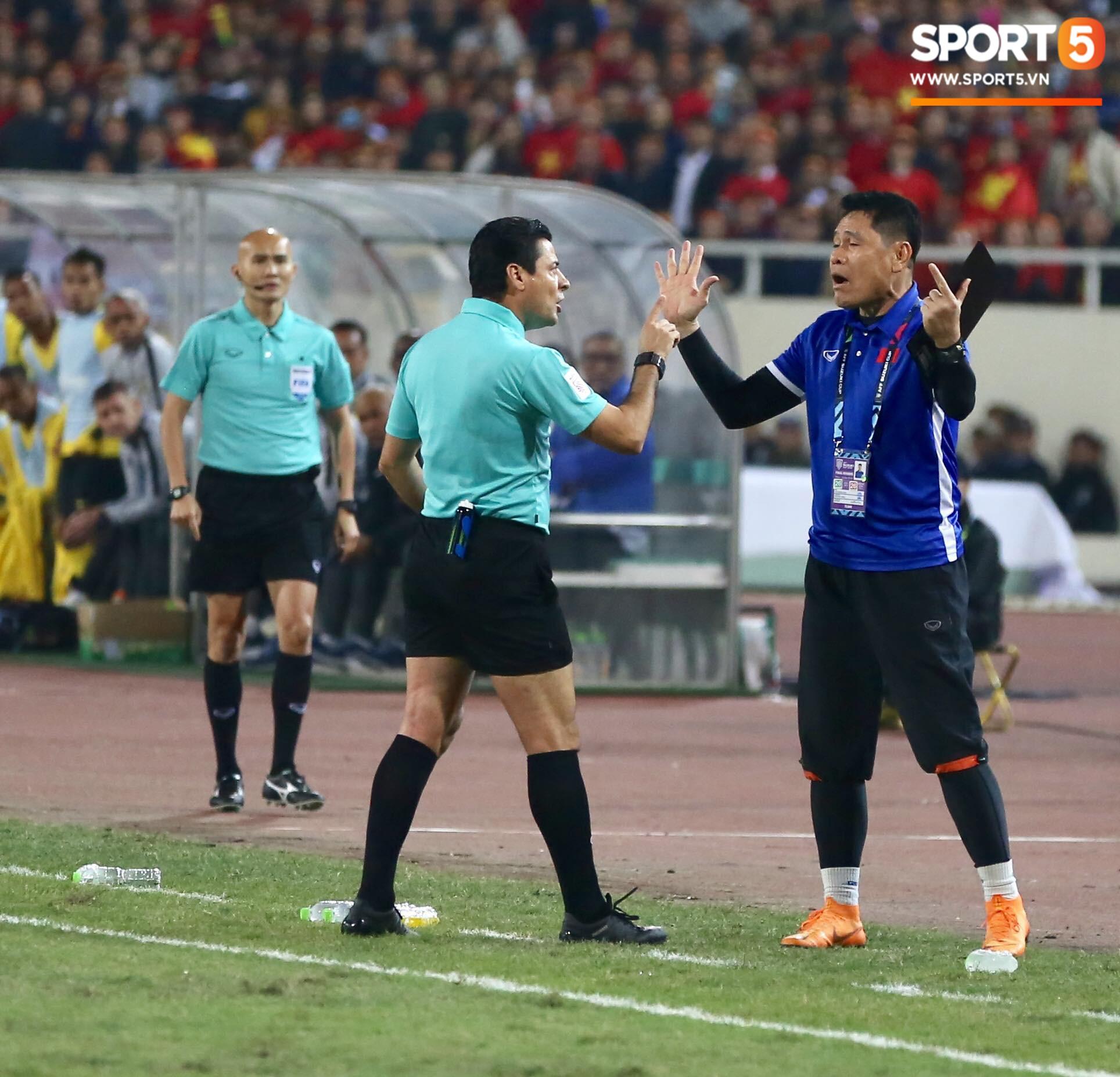 Trọng tài đẳng cấp World Cup gây bức xúc vì liên tục rút thẻ vàng cho cầu thủ Việt Nam-1