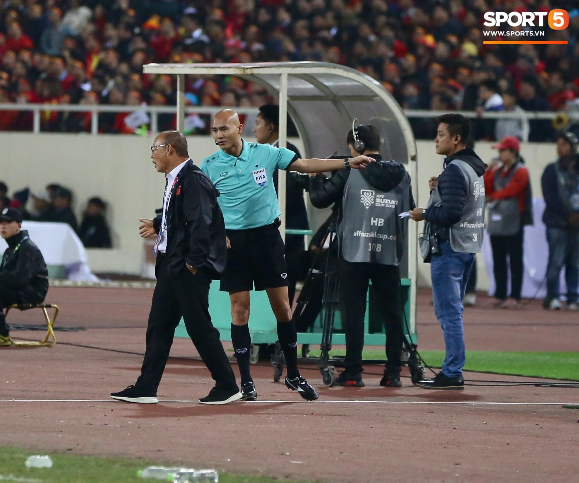 Trọng tài đẳng cấp World Cup gây bức xúc vì liên tục rút thẻ vàng cho cầu thủ Việt Nam-2