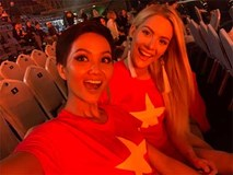Hoa hậu Mỹ mặc áo cờ Việt Nam, cùng H'Hen Niê cổ vũ đội tuyển