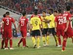 CĐV Malaysia nổi điên với trọng tài, cho rằng Việt Nam ghi bàn trong thế việt vị-3