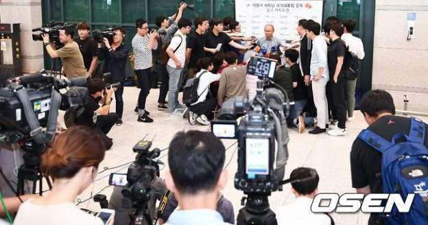 Vinh quang đầy chông gai của Park Hang-seo: Từ HLV đội bóng hạng 3 mờ nhạt đến niềm tự hào của cả Hàn Quốc-6
