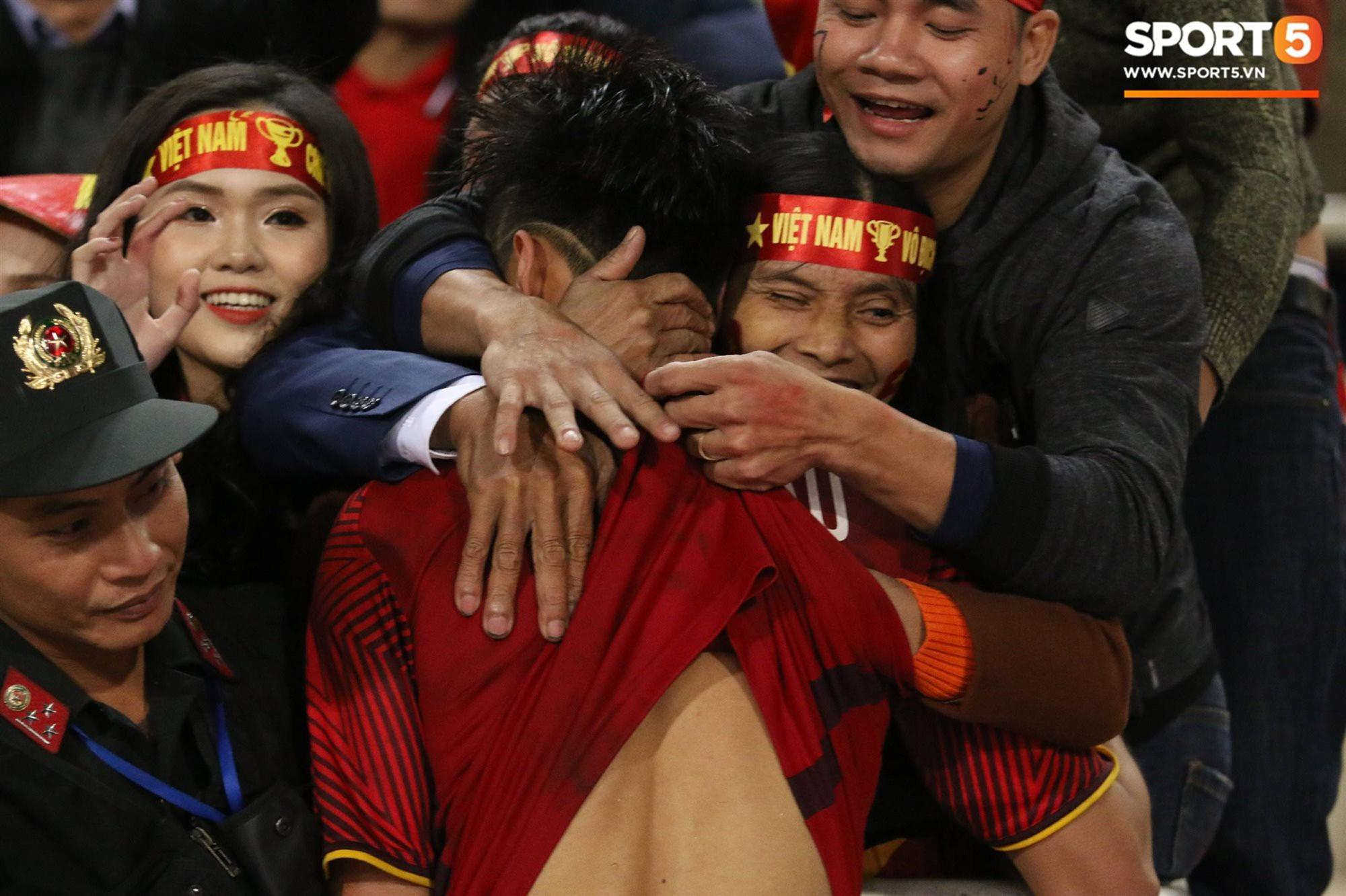 Cậu út ĐT Việt Nam bật khóc trong vòng tay bố mẹ-3