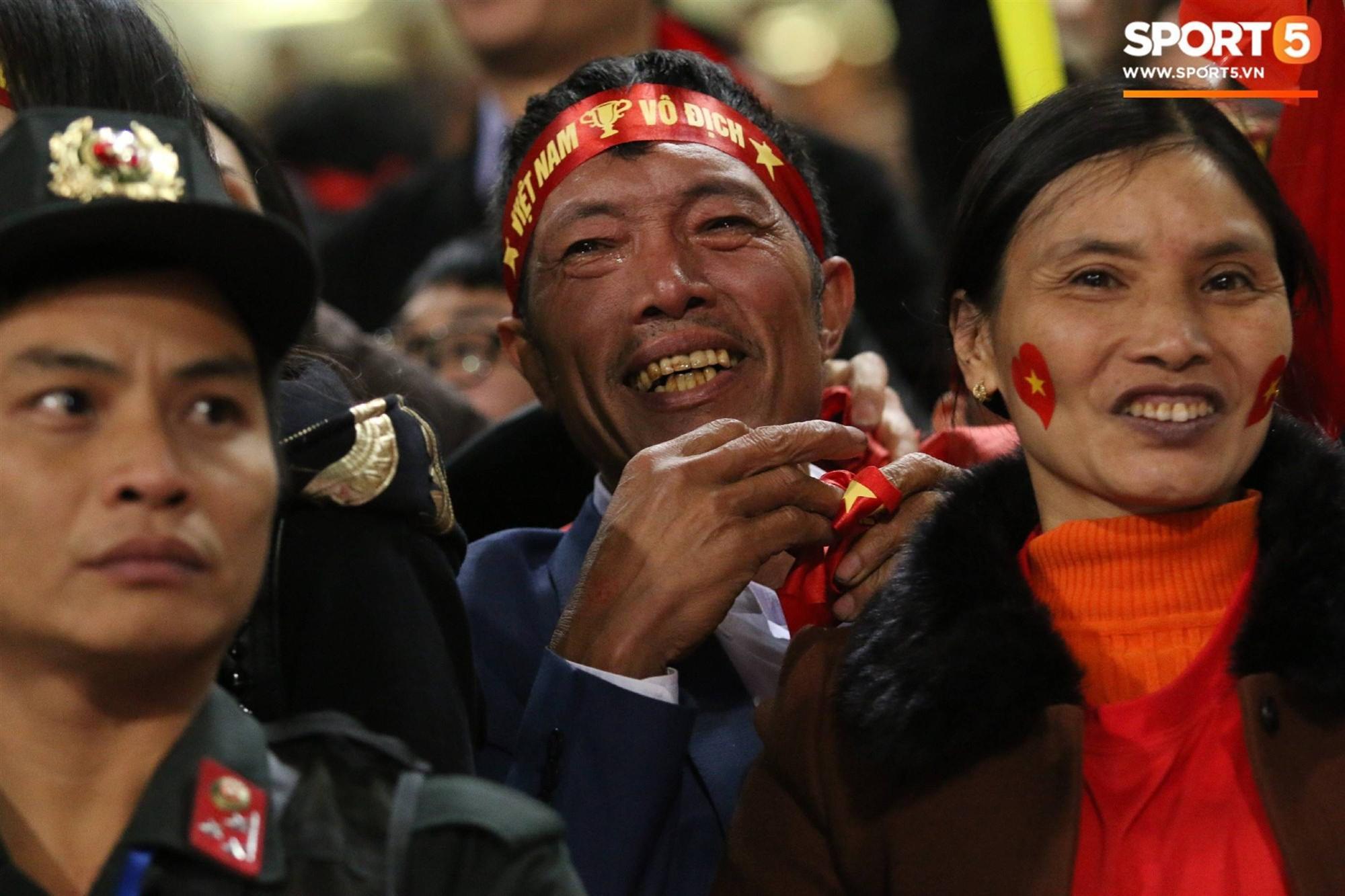 Cậu út ĐT Việt Nam bật khóc trong vòng tay bố mẹ-4