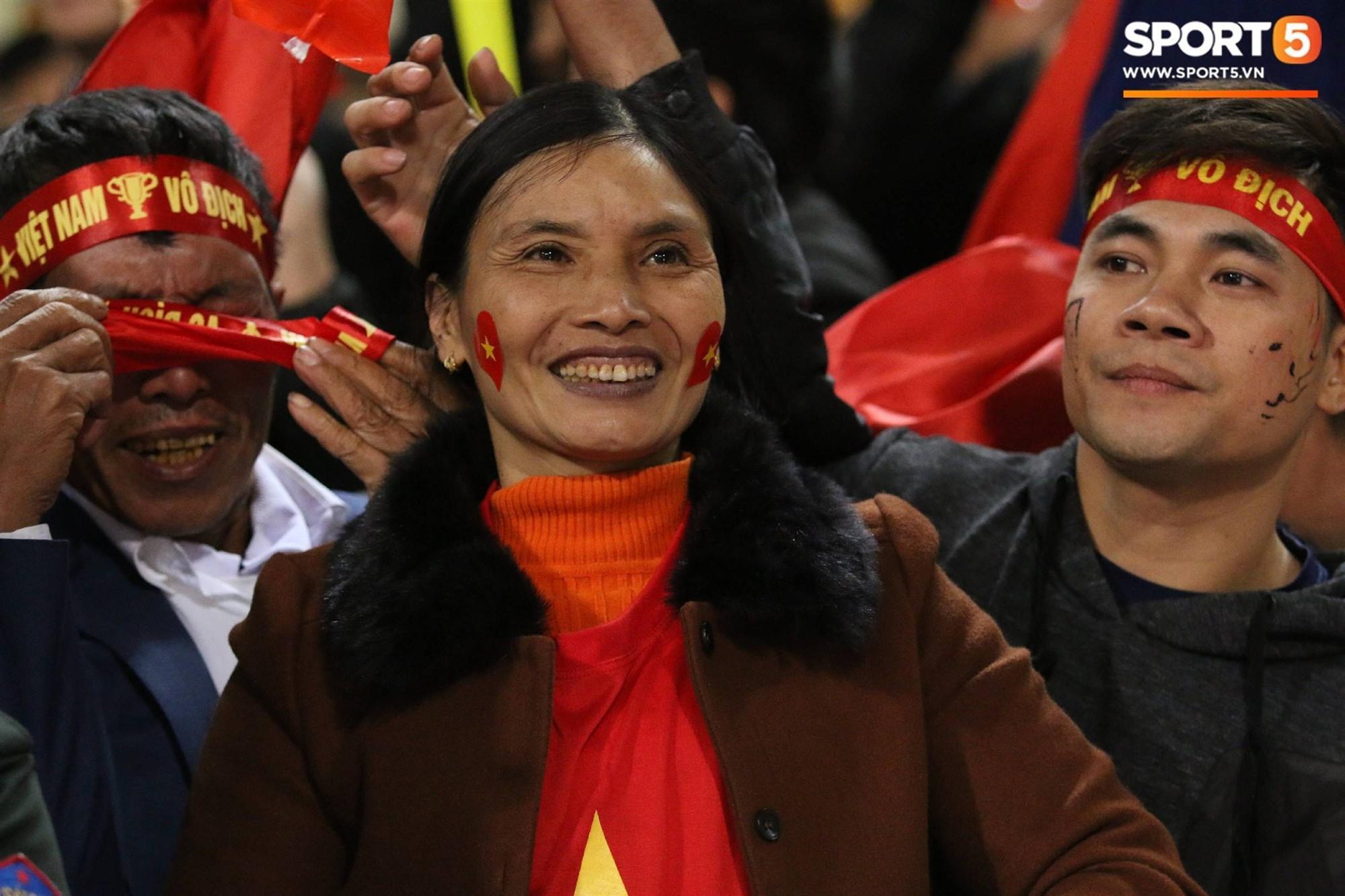 Cậu út ĐT Việt Nam bật khóc trong vòng tay bố mẹ-5