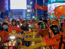 Việt Nam vô địch: Muôn kiểu đi bão hài hước đốn tim người hâm mộ