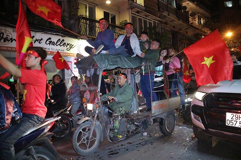 Việt Nam vô địch: Muôn kiểu đi bão hài hước đốn tim người hâm mộ-6