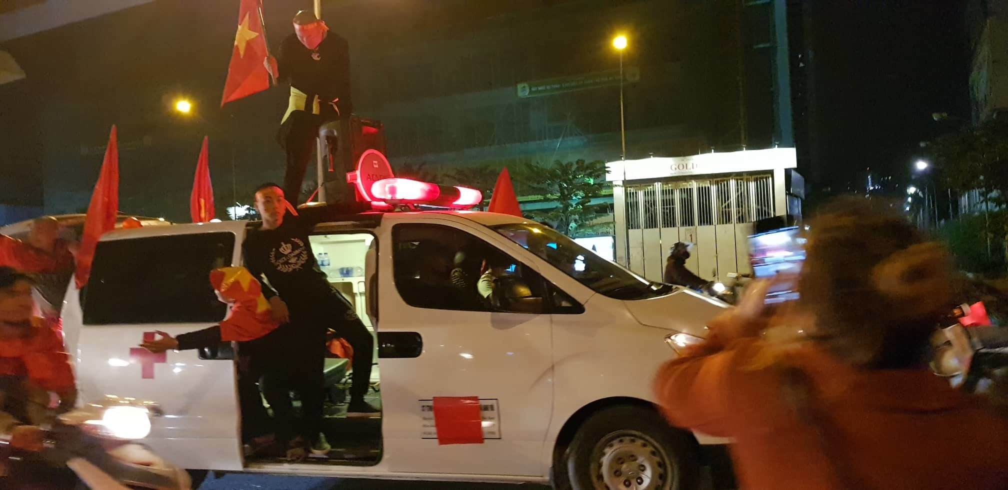 Việt Nam vô địch: Muôn kiểu đi bão hài hước đốn tim người hâm mộ-8