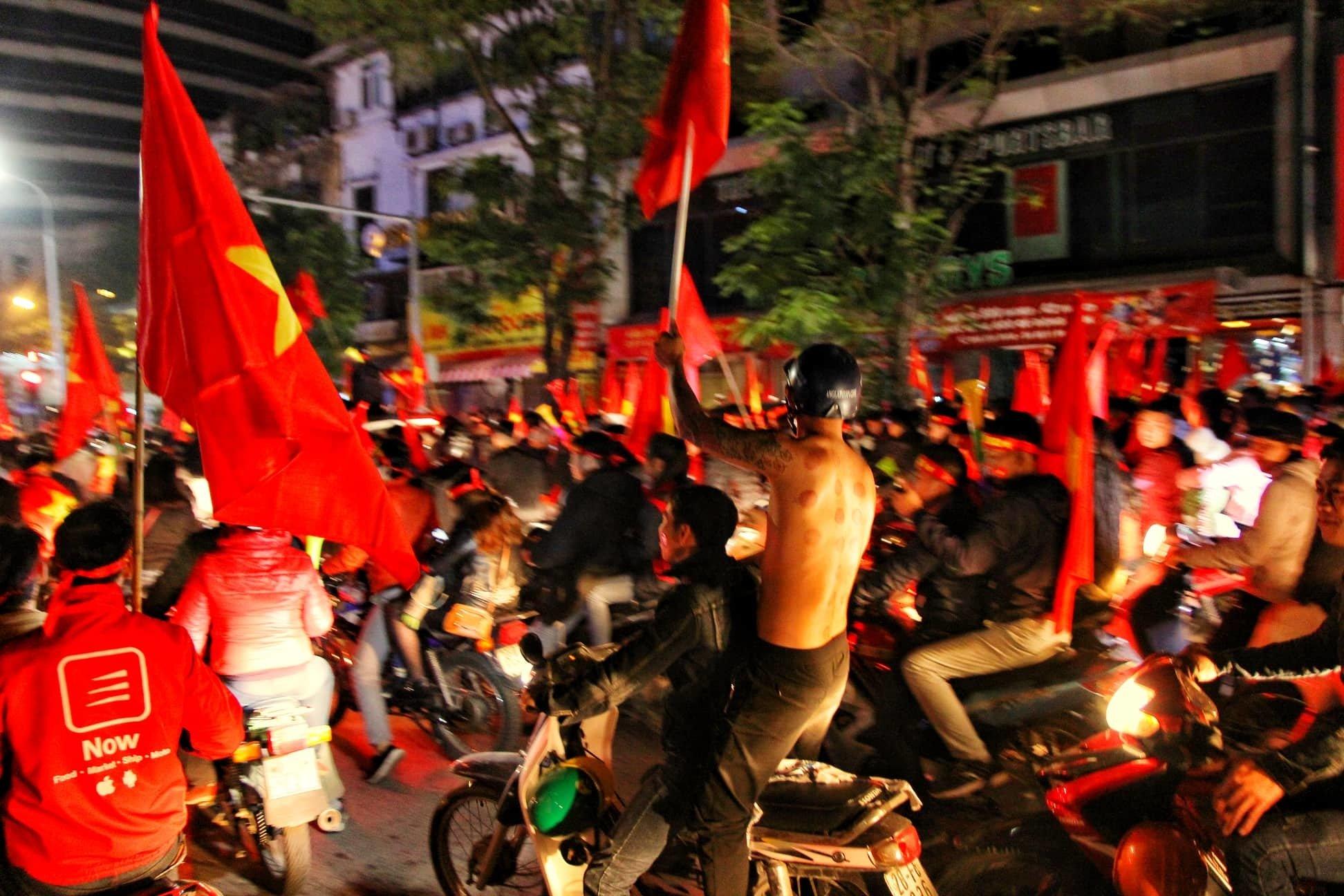 Việt Nam vô địch: Muôn kiểu đi bão hài hước đốn tim người hâm mộ-7