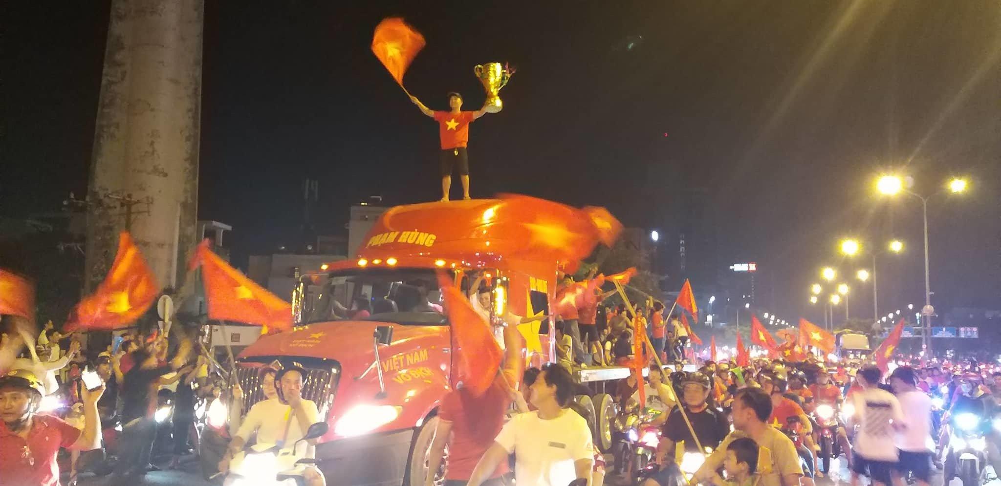 Việt Nam vô địch: Muôn kiểu đi bão hài hước đốn tim người hâm mộ-15