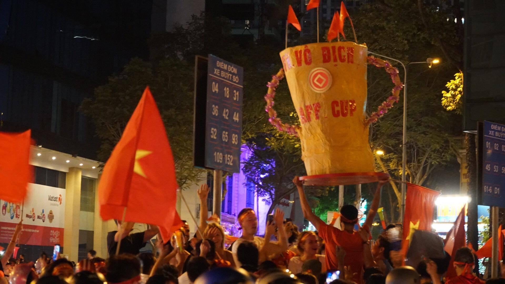Việt Nam vô địch: Muôn kiểu đi bão hài hước đốn tim người hâm mộ-16