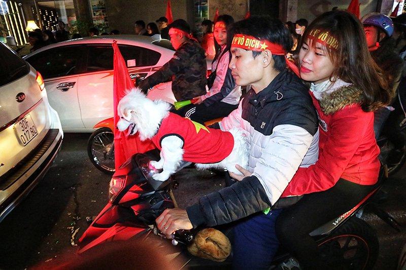 Việt Nam vô địch: Muôn kiểu đi bão hài hước đốn tim người hâm mộ-10