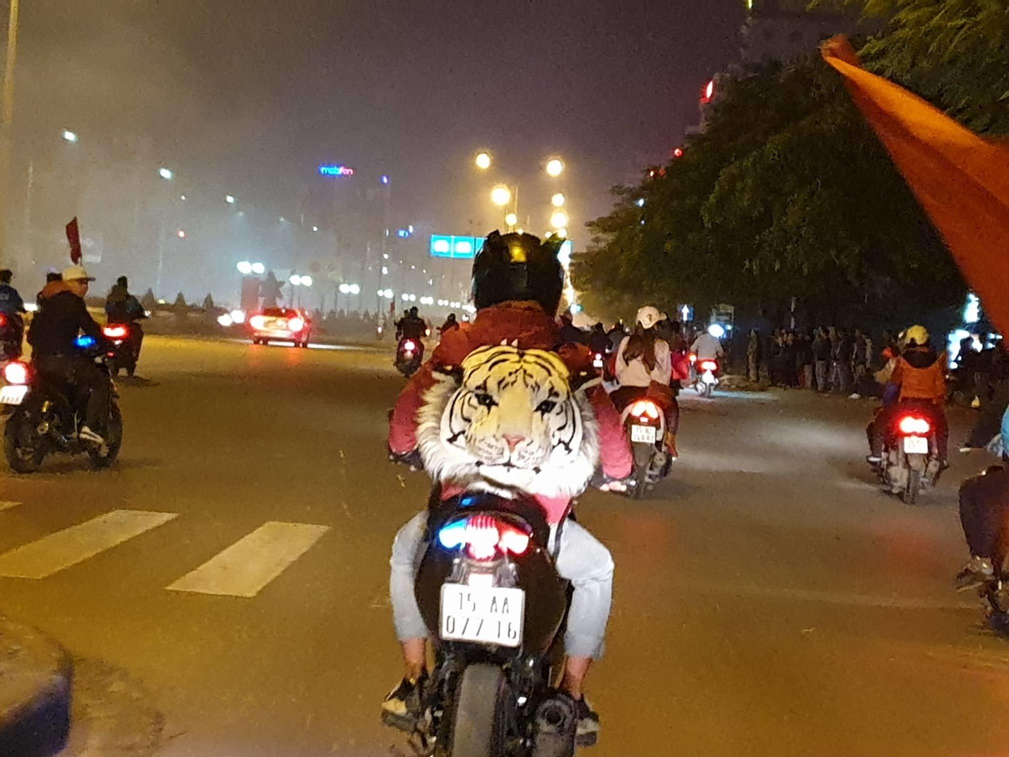 Việt Nam vô địch: Muôn kiểu đi bão hài hước đốn tim người hâm mộ-9