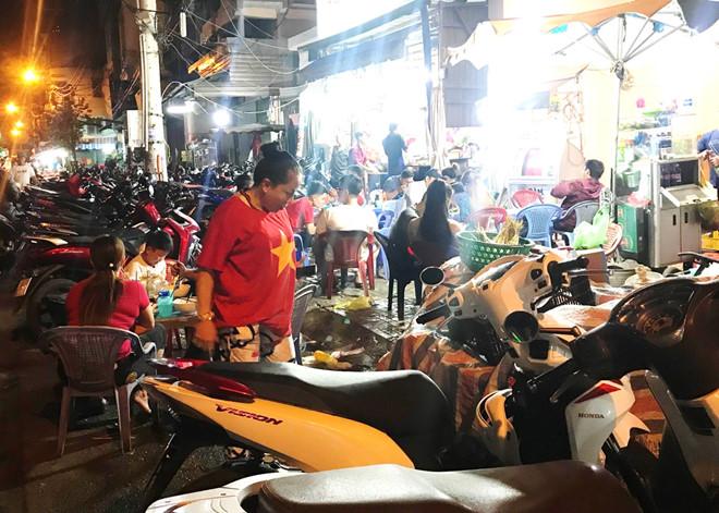 Khách sạn Sài Gòn cháy phòng, hàng quán bán xuyên đêm vì cúp vàng AFF-1